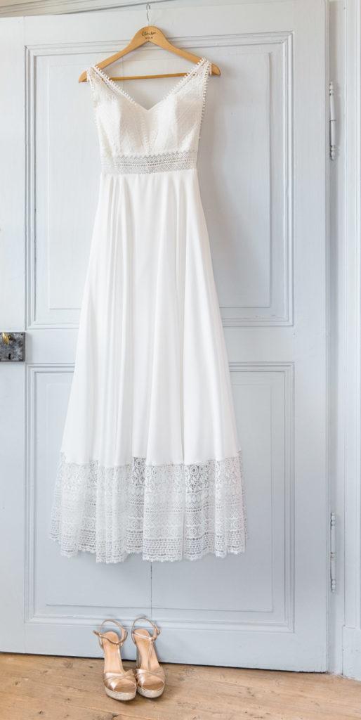 La robe de la mariée suspendu à une porte du château de Saint Offenge