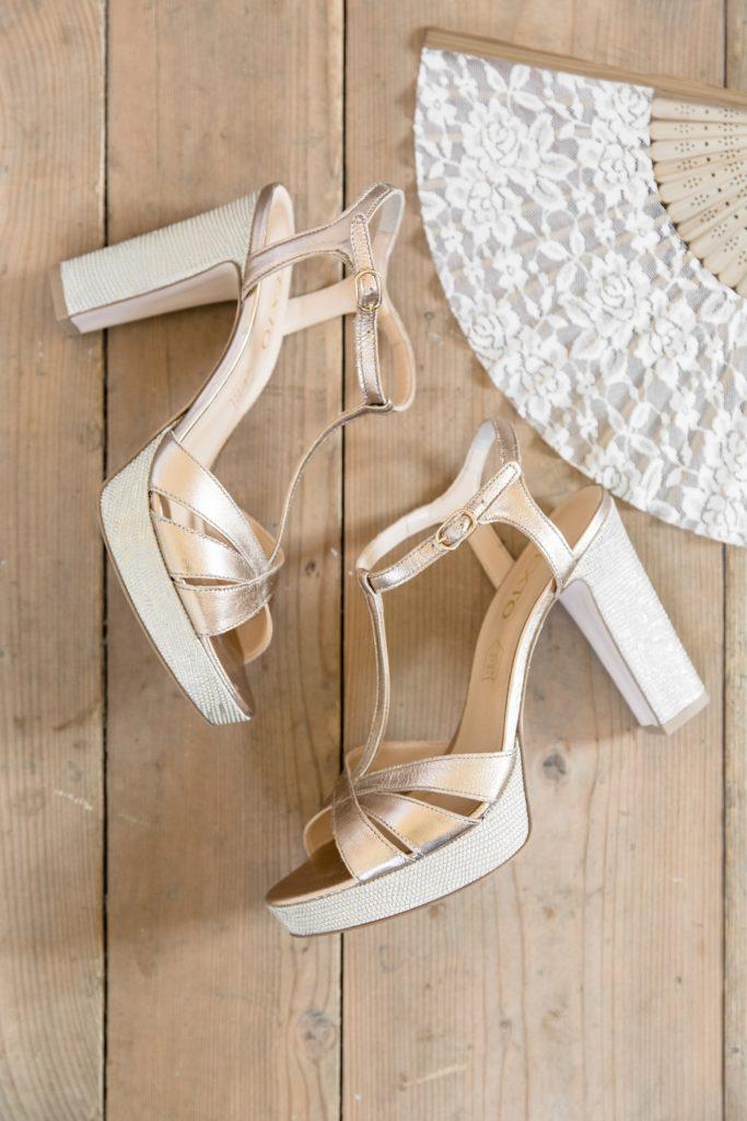 Chaussure et éventail de la mariée