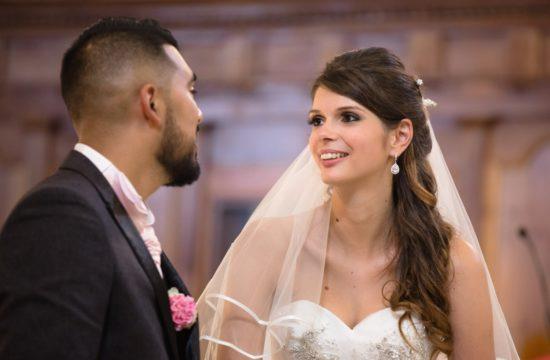 Les mariés qui se regardent pendant la cérémonie civile