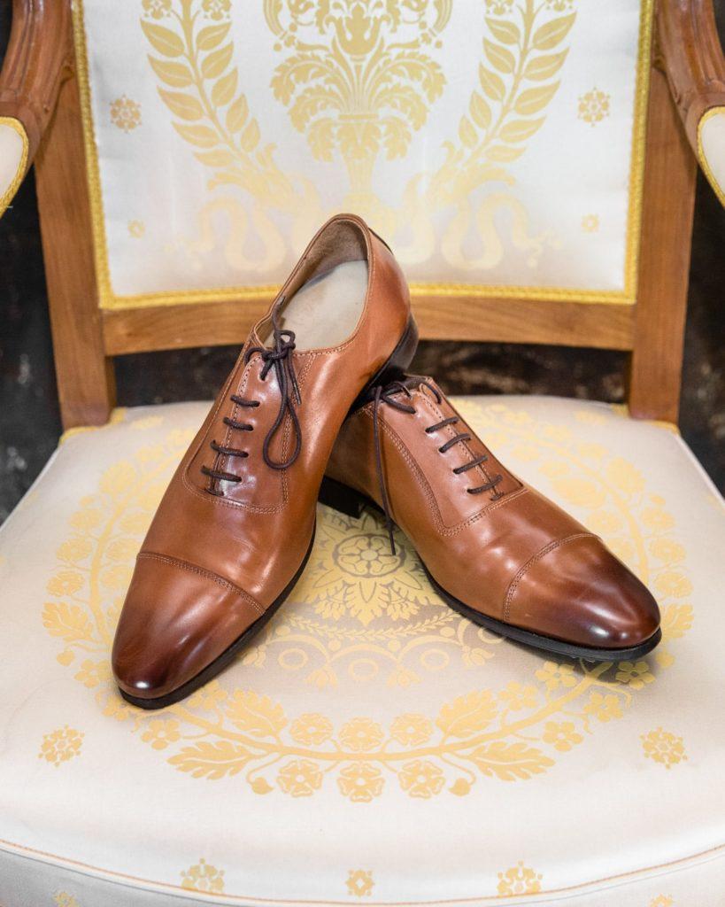 Chaussures du marié sur une chaise au chateau de servolex