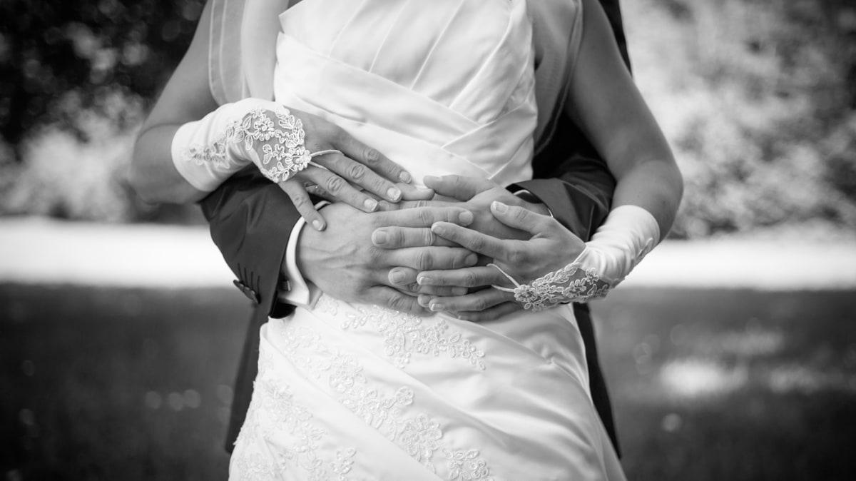 gros plan sur les mais des mariés