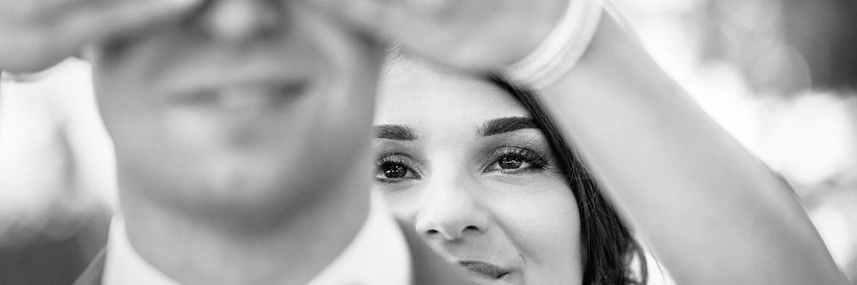 photographie de la mariée avec main sur les yeux du marié