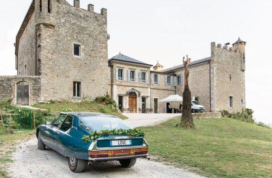 Photographie des mariés à l'arrivée au château de Bourdeau