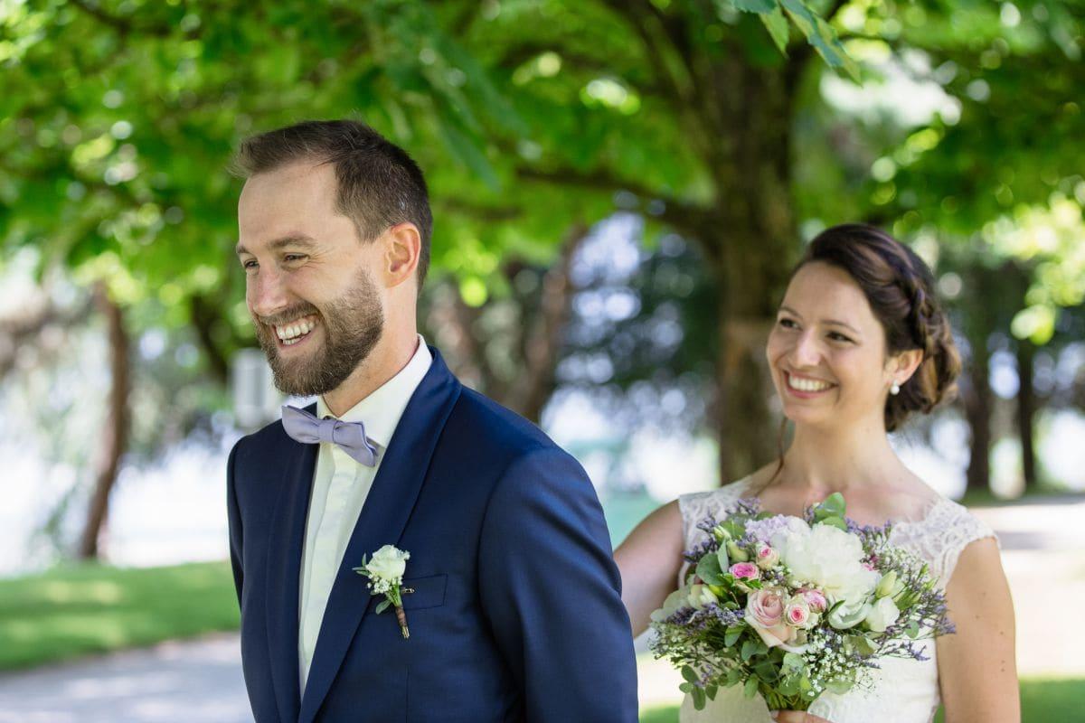 la mariée qui rejoint le marié dans le parc